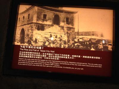 日本軍に壊される門