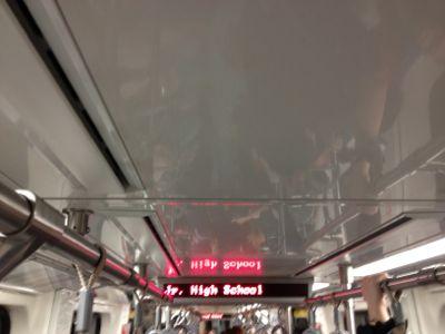 電車は混み過ぎです。