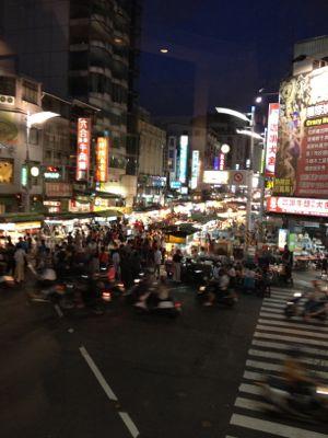 夜市が段々混んできました