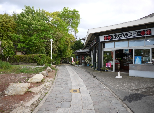 弘法大師が上ったと言われる「獅子の霊巌」に続く遊歩道