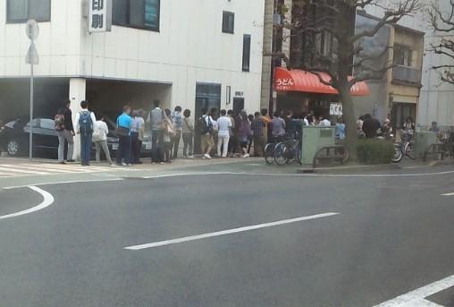 天ぷらが人気のお店。普通の平日でも、多い時はこれくらい並んでるよーな。