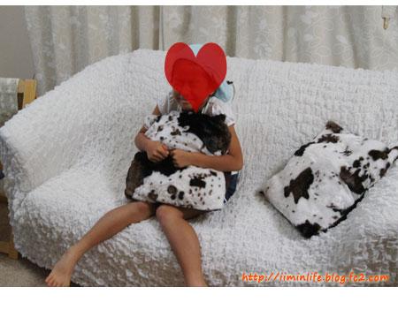 牛柄クッションと子供