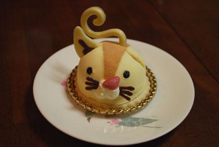 耳の取れた猫のケーキ
