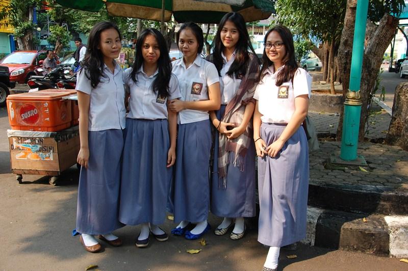ロングスカートの女子高生たち