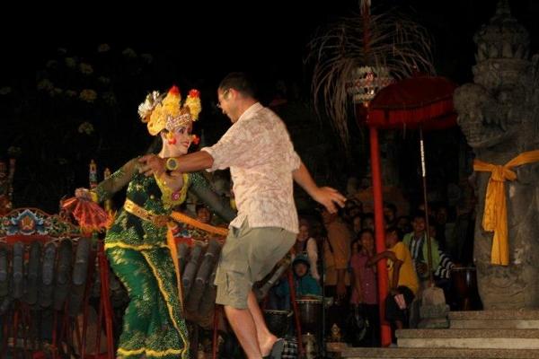 nengah dancing joged (600x400)