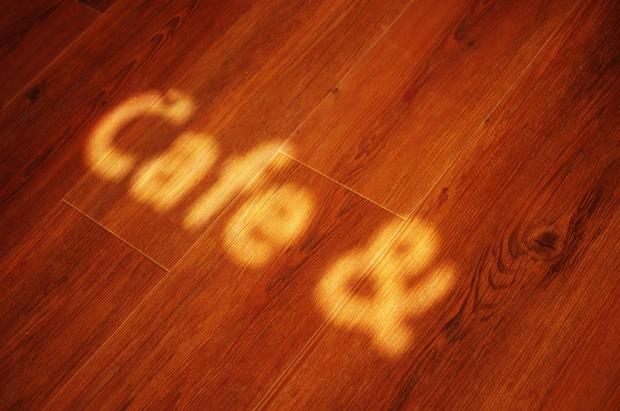 ガラスドアの文字が太陽光で床に照らされてきれい~♪