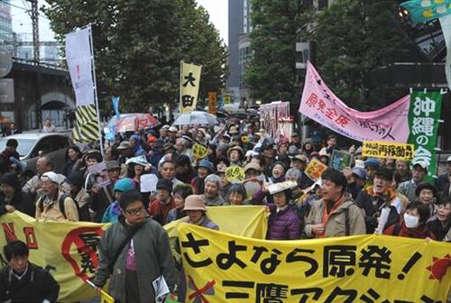 20121111(赤旗)かえせと東電本店前で抗議行動する人たち=11日