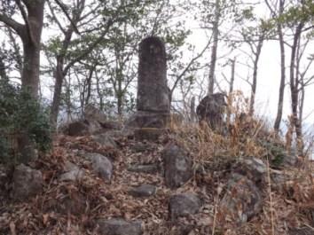 鑓噛山城主郭部と石碑
