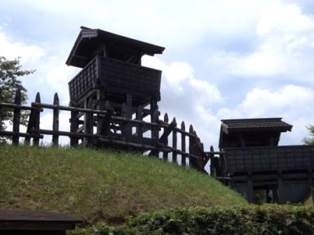 東条城虎口の櫓・柵列