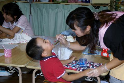 2006-04-21 24年度歯科検診、赤組お化け屋敷 027 (800x536)
