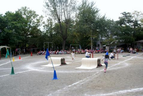 2006-05-18 運動会予行練習年長障害物リレー表現 008 (800x536)
