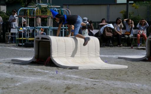 2006-05-18 運動会予行練習年長障害物リレー表現 039 (800x499)