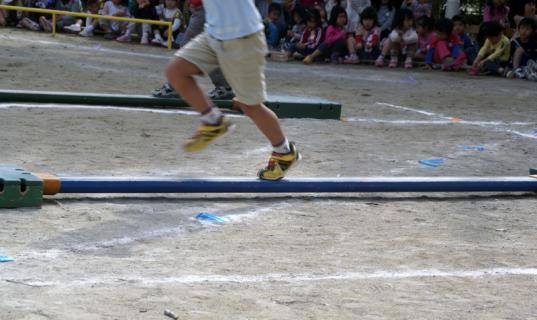 2006-05-18 運動会予行練習年長障害物リレー表現 029 (800x476)
