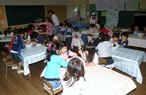 2006-05-30 24年度芋巾着、ハローウイン、作る、職員劇 031 (800x520)