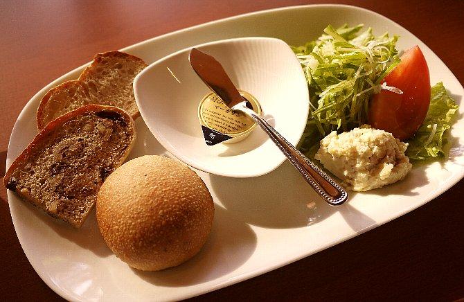 サラダと自家製パン