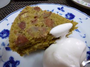 栗の抹茶ケーキ、生クリームを添えて