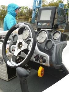 バスボート操縦席