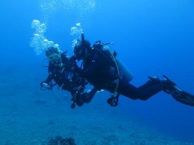 02-02 青い海をバックに