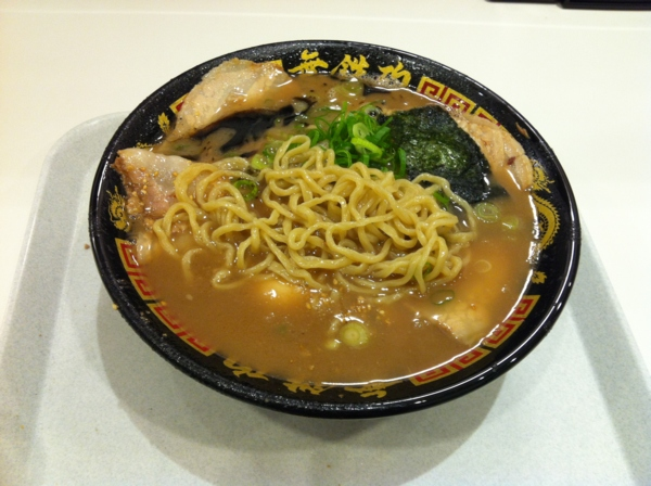 茨島マルハン「ごはんどき」無鉄砲 味玉チャーシュー黒とんこつラーメン 麺