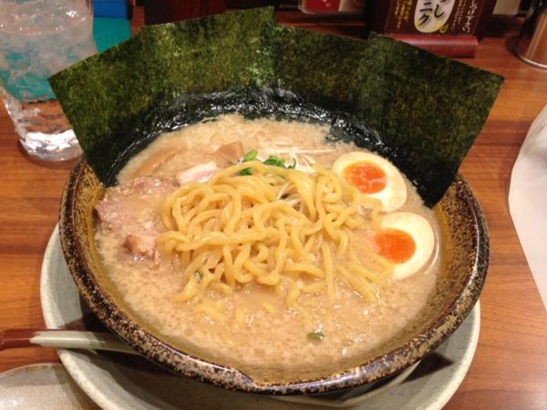 越後秘蔵麺無尽蔵だいせん家 豚骨醤油デラックスらーめん(太麺、こってり、おろしニンニクつき) 麺
