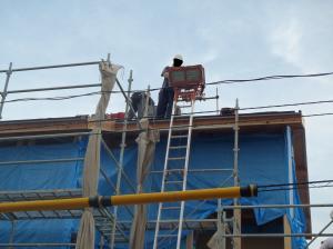 屋根瓦施工中