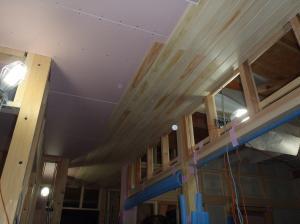 玄関天井板貼り中