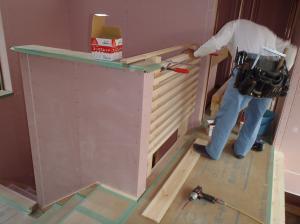 階段上の柵造作中