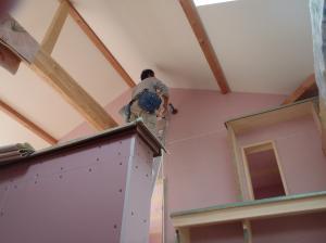 2階天井クロス施工中