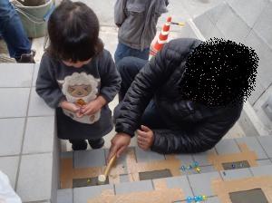 12月8日ビー玉埋め次女