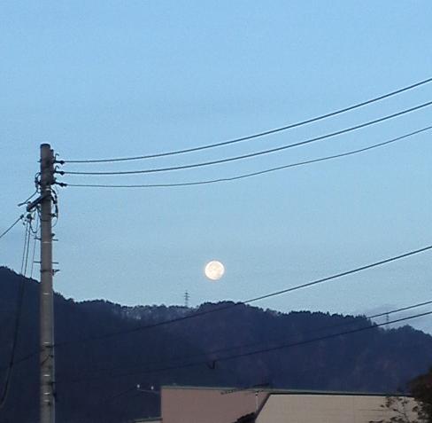沈みゆく満月