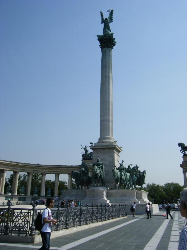 英雄広場の建国記念碑