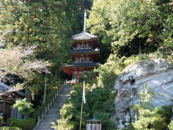 三重塔と大岩