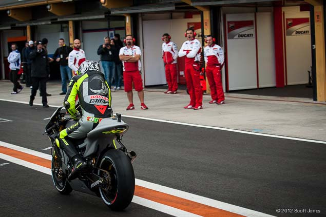 Valentino-Rossi-Valencia-Test-Yamaha-Racing-Scott-Jones-02.jpg