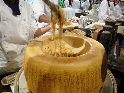 パルミジャーノの器で作るジャージャー麺風パスタ