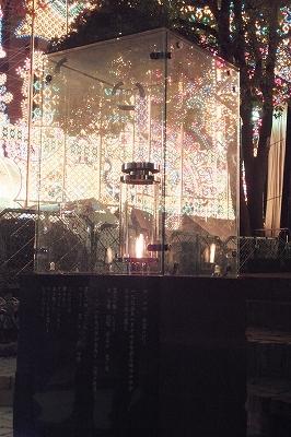 希望の灯。華やかなルミナリエ会場の脇で、静かにゆらめく。