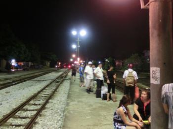 ナムディン駅で列車待ち