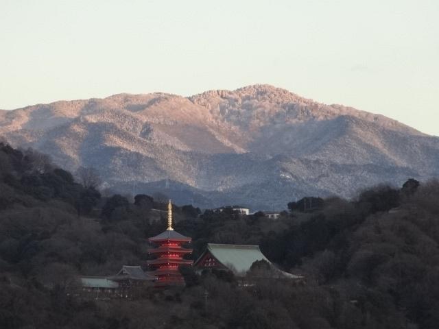 夕焼けに染まった雪の金剛山