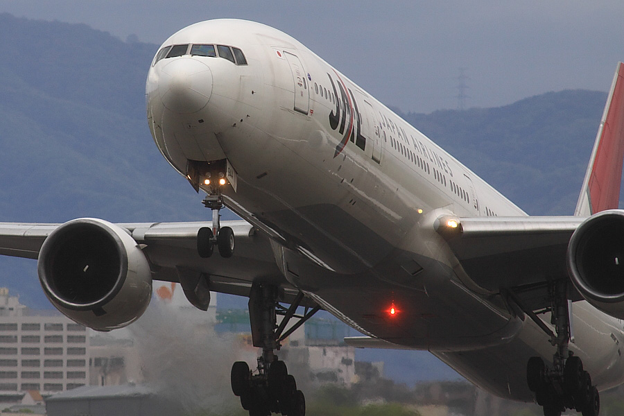 JAL B777-346 JAL2081@RWY14Rエンド猪名川土手(by EOS 50D with SIGMA APO 300mm F2.8 EX DG/HSM + APO TC2x EX DG)