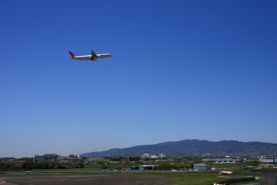 JAL B777-346 JAL112@下河原緑地展望デッキ(by EOS 40D with SIGMA 18-50mm F2.8 EX DC MACRO)