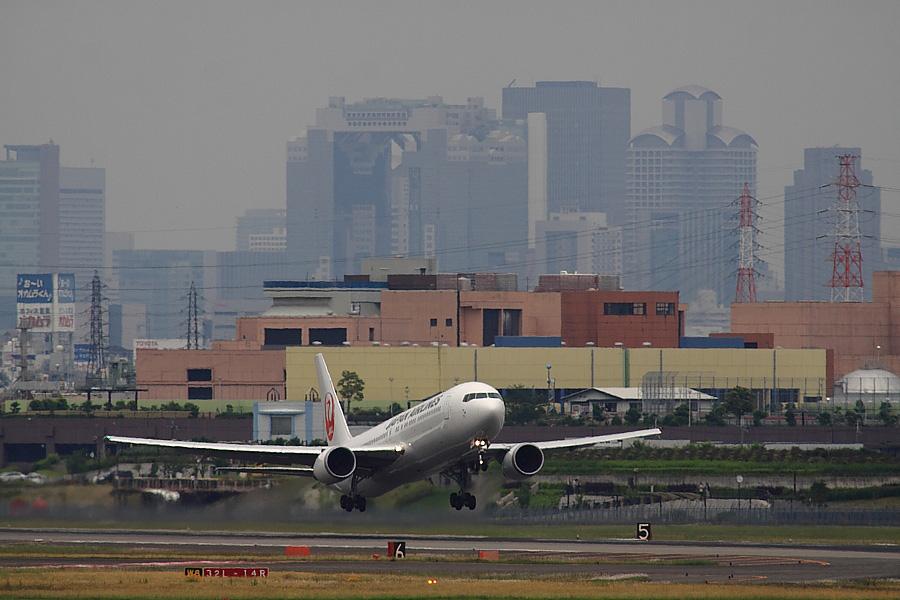 JAL B767-346ER JAL126@下河原緑地展望デッキ(by EOS 50D with SIGMA APO 300mm F2.8 EX DG/HSM + APO TC2x EX DG)