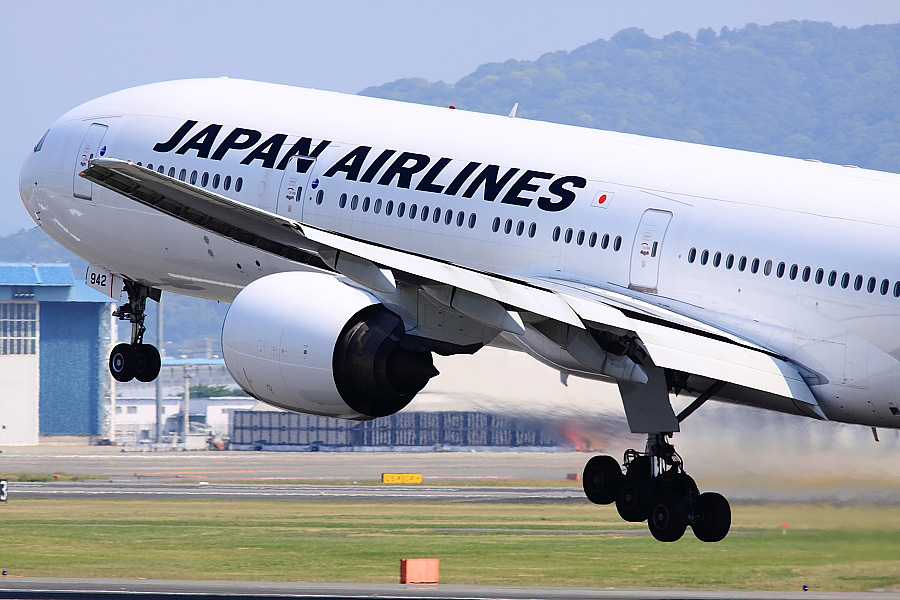 JAL B777-346 JAL2081@伊丹スカイパーク(by EOS 50D with SIGMA APO 300mm F2.8 EX DG/HSM)