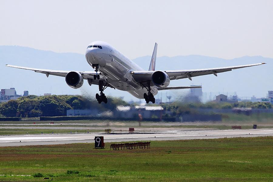 JAL B777-346 JAL2081@RWY14Rエンド猪名川土手(by EOS 50D with SIGMA APO 300mm F2.8 EX DG/HSM)