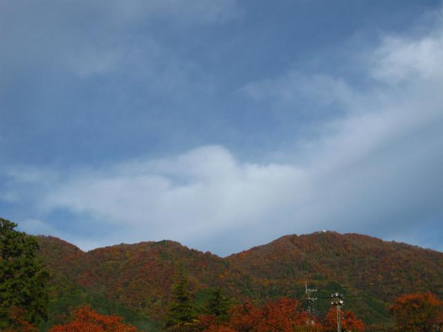 弥彦山と青空