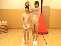 女子バスケ選手と低身長男との体のギャップが悲しいセクロス映像!