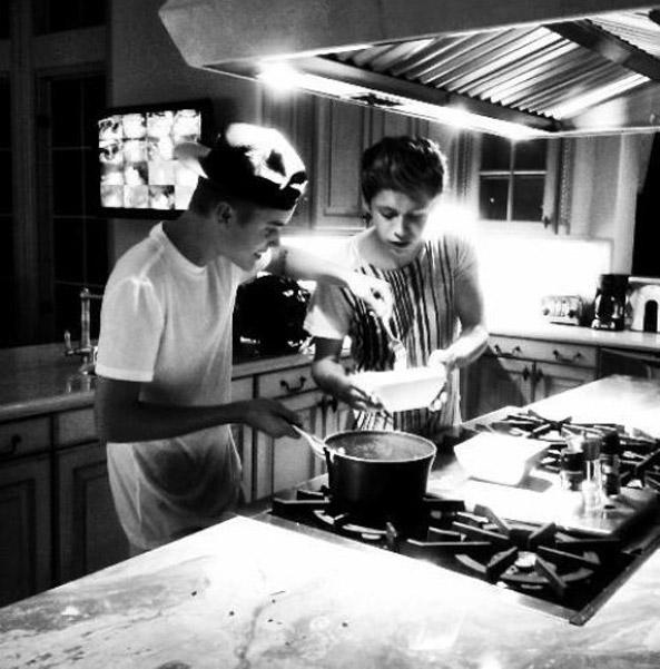 niallhoran-justinbieber-cooking.jpg