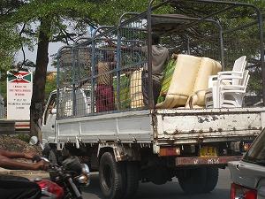トラックの荷台の人