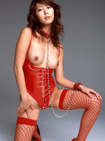 真っ赤な下着のセクシーおっぱい
