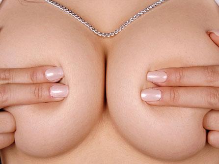乳首や乳輪は隠してるけどおっぱいは丸見えですよ♪