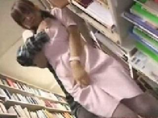 【巨乳動画】図書館で痴漢され声を出さないように喘ぐ巨乳看護士♪