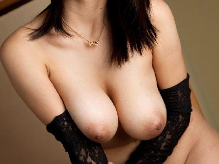 【美乳画像】美女の垂れ下がる大きな美乳!…挟まりたいですね!